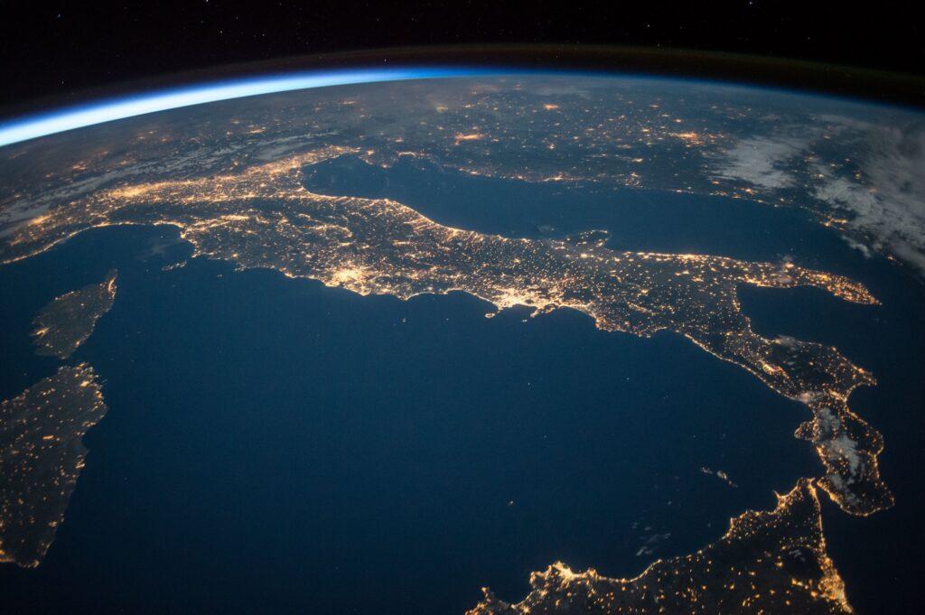 Immagine che ritrae l'Italia dall'alto (utilizzata per rappresentare la distribuzione delle sezioni regionali e relativi contatti)